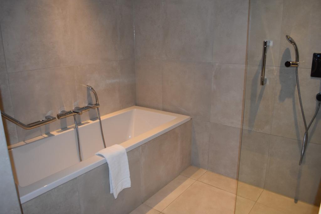 Onze badkamer met bad