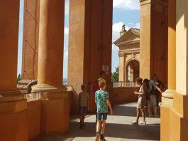 Bologna-met-kinderen-San-Luca-balustrade