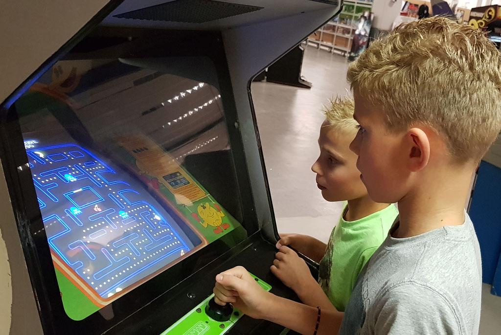 PacMan spelen in de Arcadehal van het spelcomputermuseum.