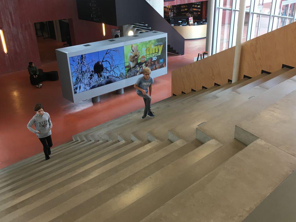 De bekende trappen bij de entree van Continium Discovery Center