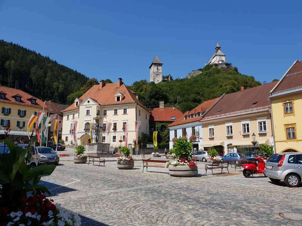 Hauptplatz in Friesach, hier kan je gratis parkeren en Friesach ontdekken de-leukste-kinderactiviteiten-in-karinthie-12