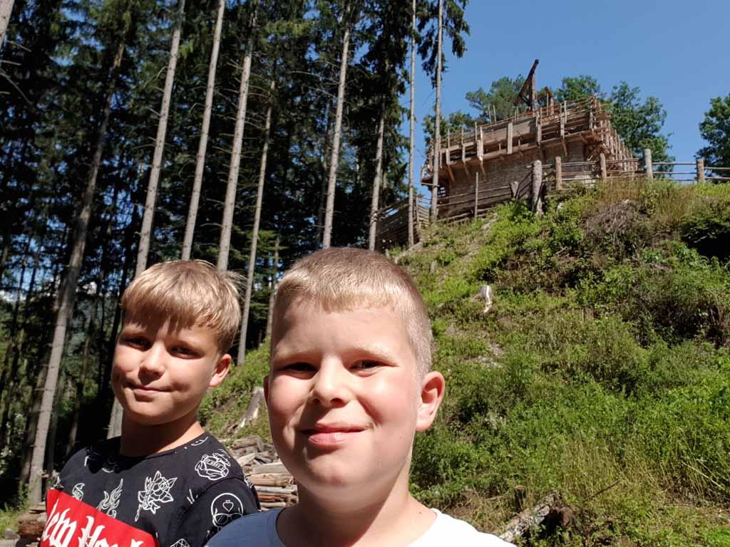 Even een selfie met op de achtergrond de burcht de-leukste-kinderactiviteiten-in-karinthie-13