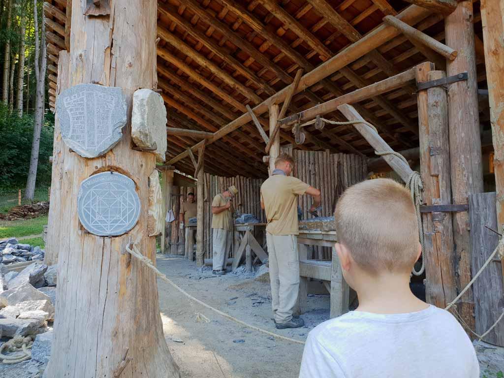 Wat doet een steenhouwer eigenlijk voor werk? de-leukste-kinderactiviteiten-in-karinthie-15