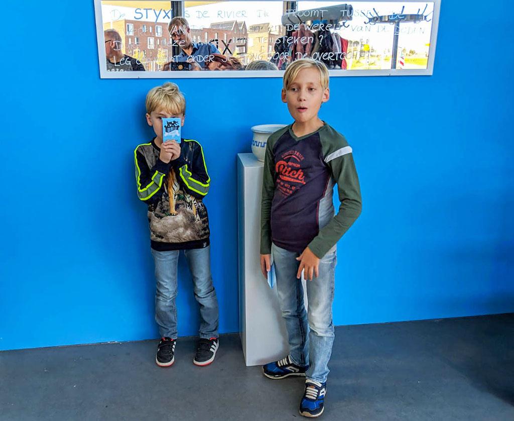 Bij de ingang krijgen de jongens een paspoort