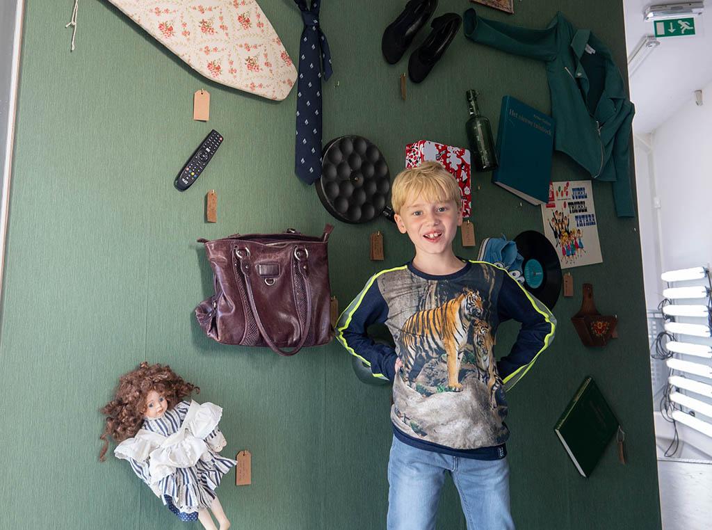 Voor de muur met achtergebleven voorwerpen