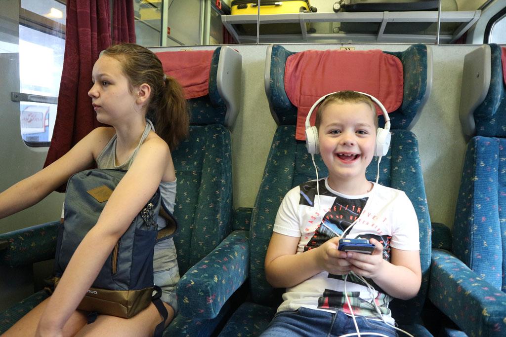 Gezellig met koptelefoon op in de trein....
