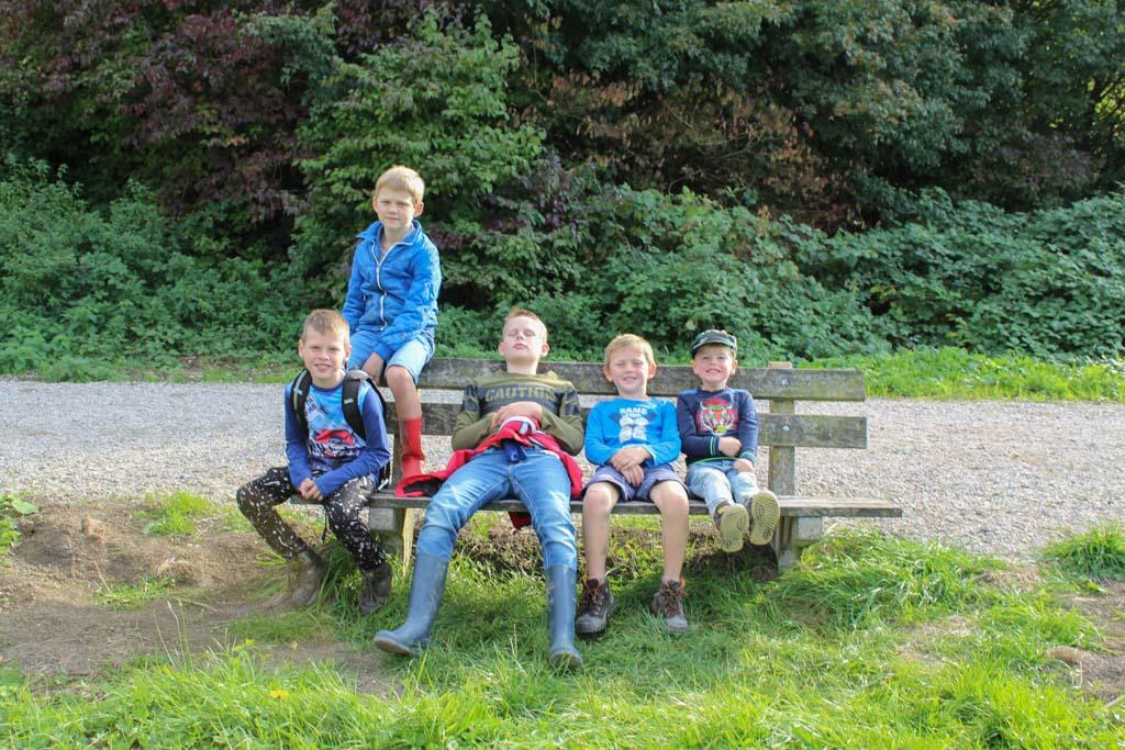 Een korte pauze tijdens het wandelen van Kids Klompenpad Slagmaatpad in Bunnik en Houten.