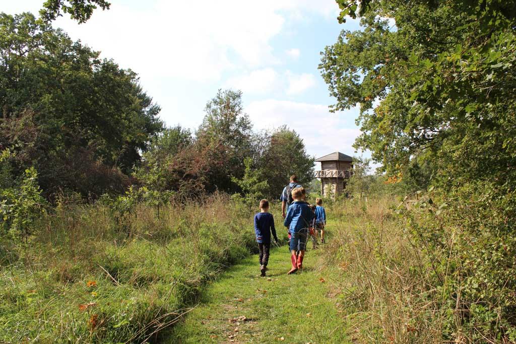 Even opletten: nadat we een halve ronde om Fort bij Vechten hebben gelopen, wijkt de route van het klompenpad af naar de Marsdijk. Simpel gezegd: loop richting de Romeinse wachttoren.