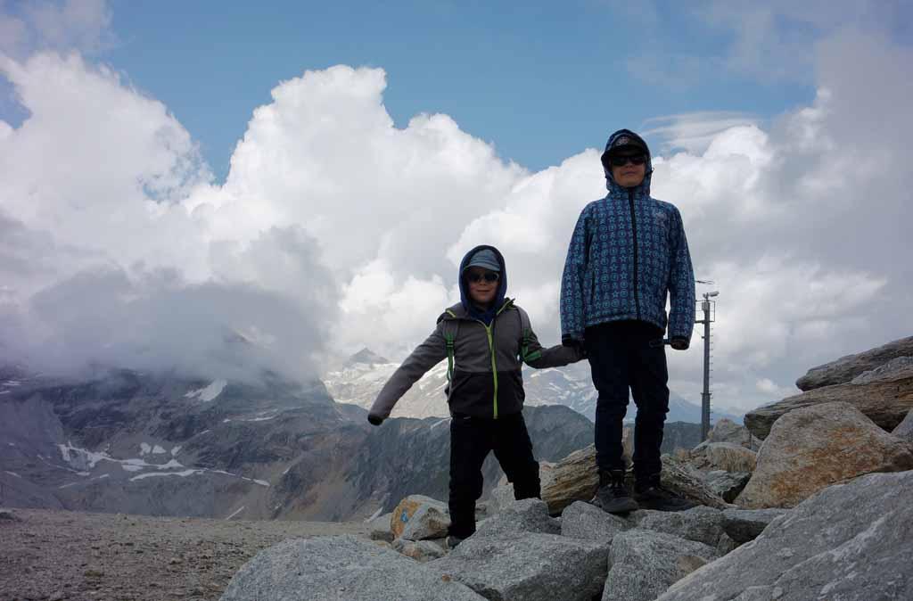 Boven is het koud en ijl, maar de jongens hebben nergens last van leukste-kabelbanen-in-karinthie
