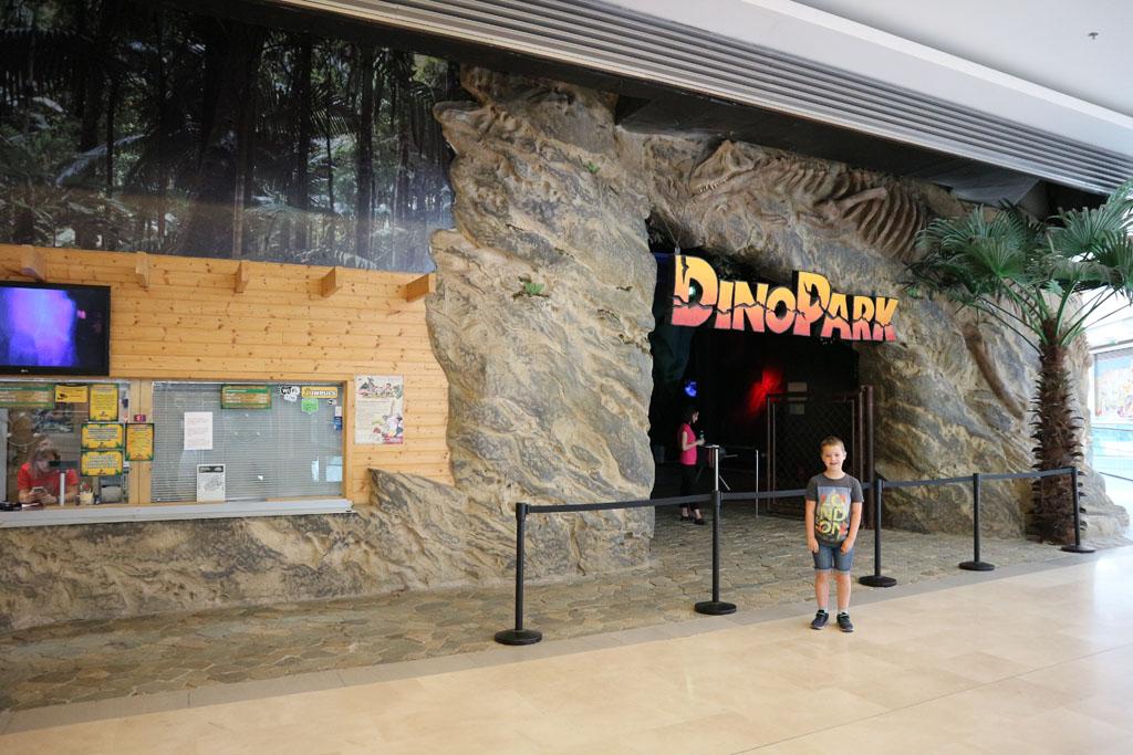 De ingang van het Dinopark is in het overdekte winkelcentrum.