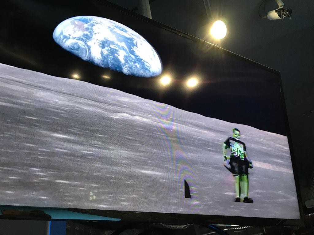 Hele grappige opstelling waarbij het net is alsof je op de maan loopt.