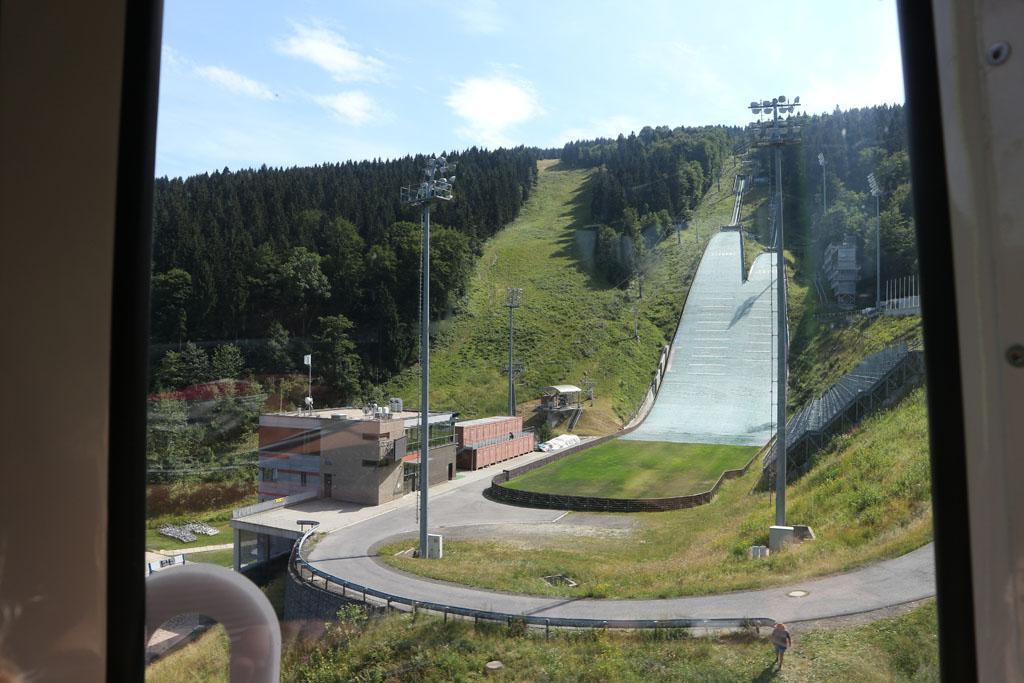Vanuit de kabelbaan zien we de kunstmatige skihelling.
