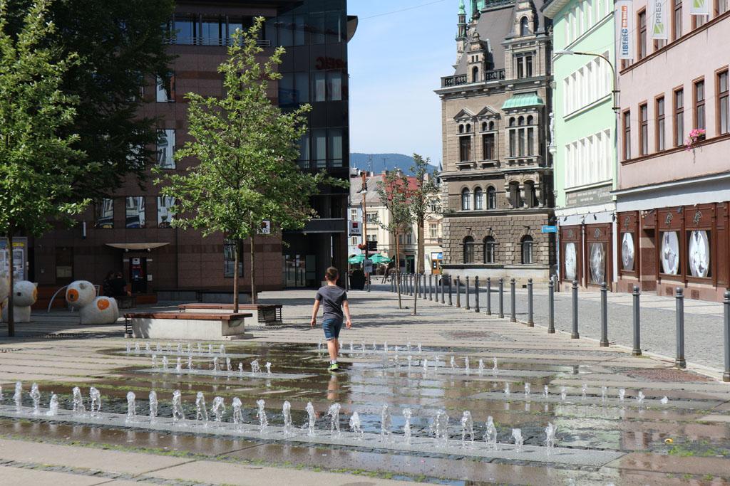 Dit soort fonteinen zijn in de zomer altijd leuk om te spelen.