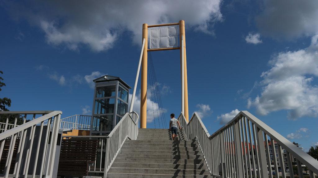 De voetgangersbrug verbindt de haven van Gizycko met het stadje zelf.