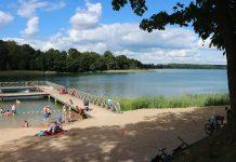 Het zwemstrand in Ryn. Hier hebben we ook de waterfiets gehuurd.