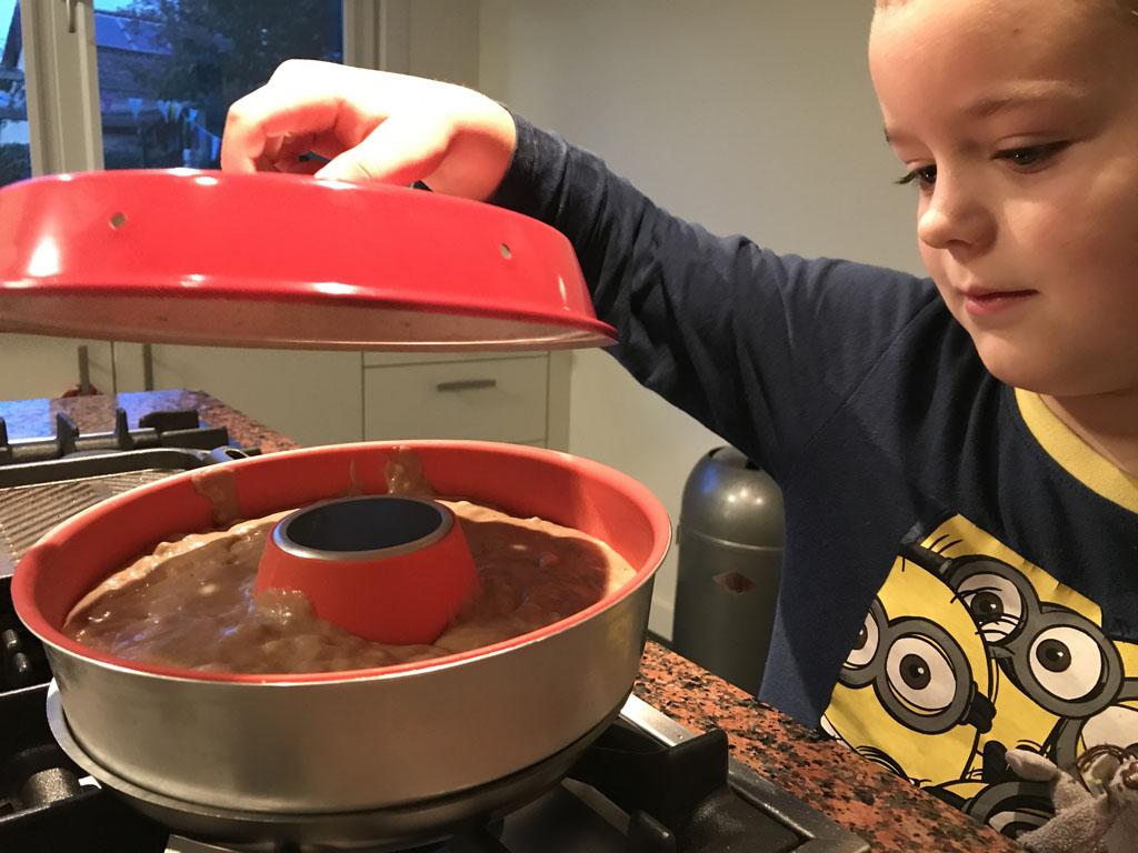 Een cake maken op het gasfornuis? Dat kan met de Omnia oven heel makkelijk.