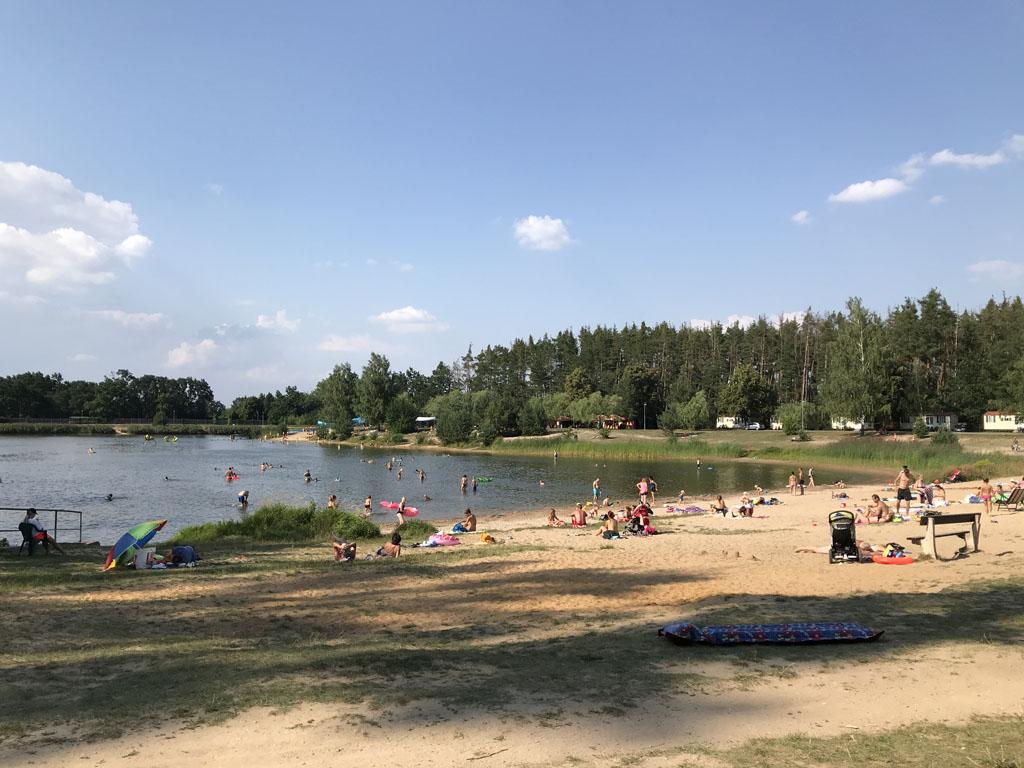 Het zwemmeer bij de camping is erg prettig.