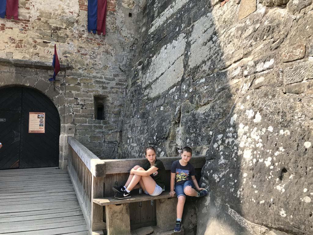 Wachtend op de rondleiding voor de ingang van kasteel Kost.