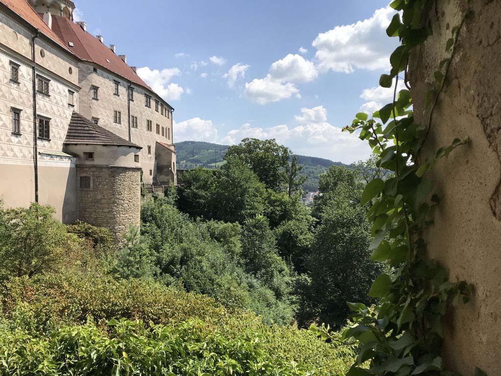 Wat ligt het kasteel mooi zo in het groen.
