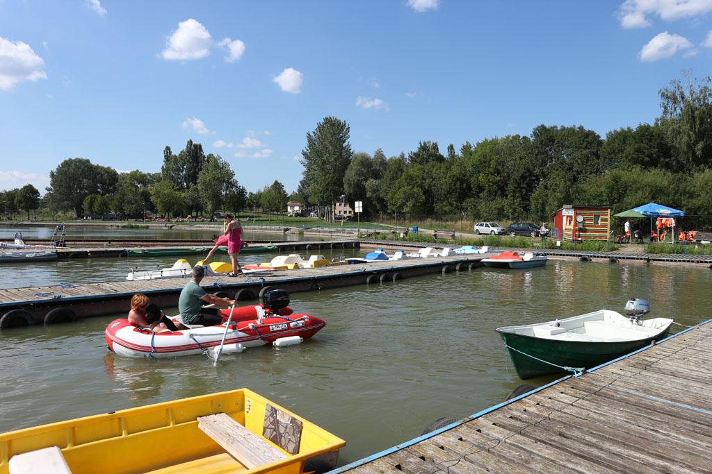 Er zijn allerlei soorten bootjes te huur.