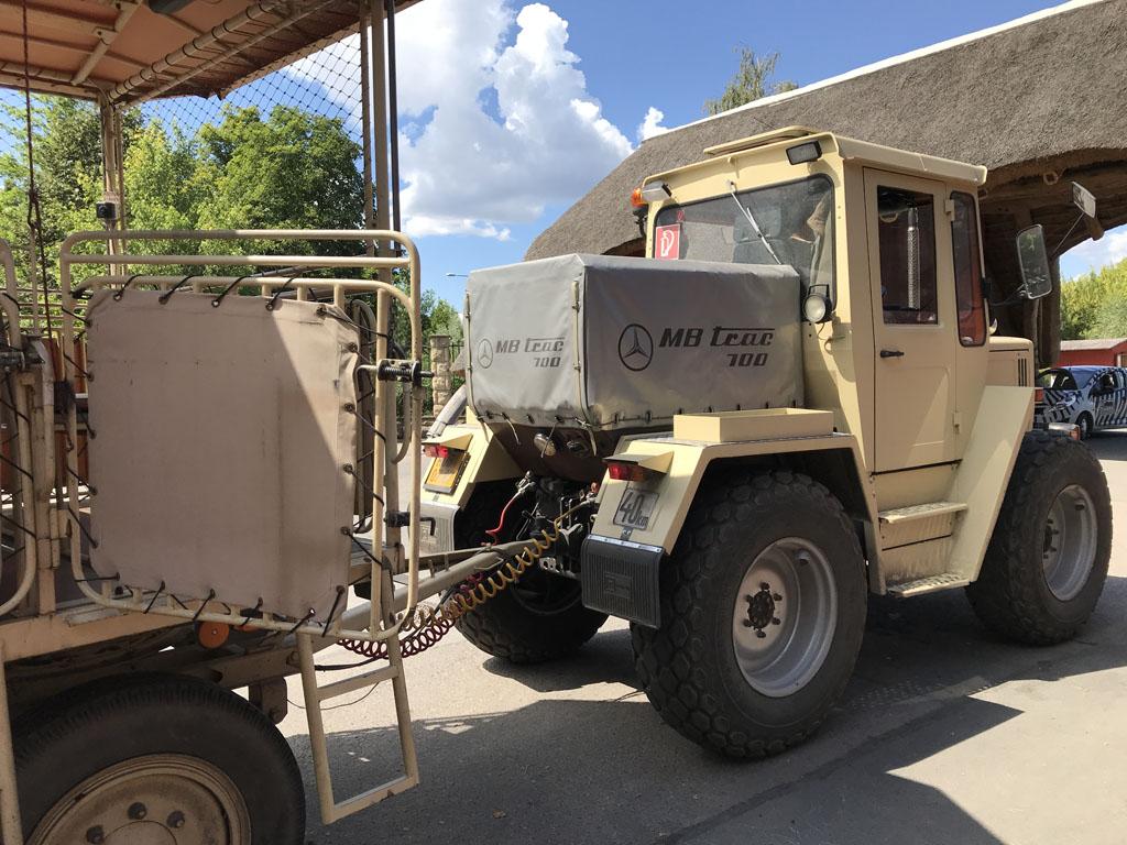 We gaan mee met deze safari-truck.