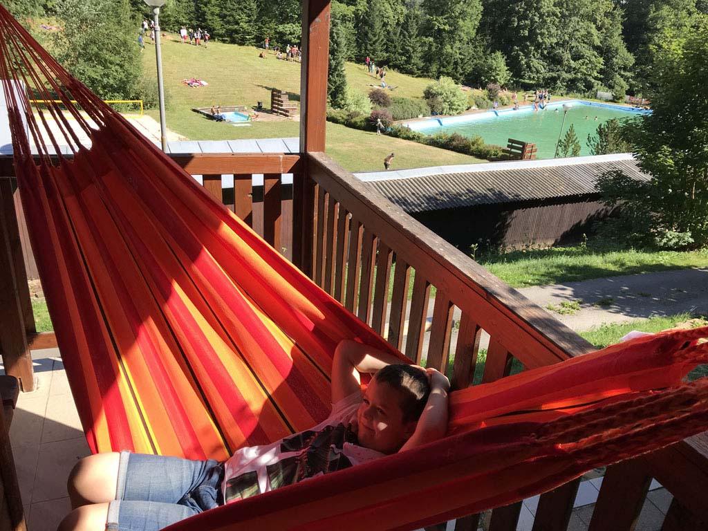 Chillen in de hangmat met op de achtergrond het zwembad.