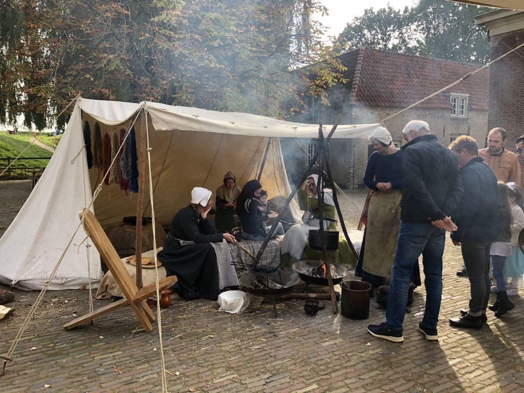 In de vesting van Slot Loevestein worden allerlei oude ambachten gedaan, zoals hier wol verven.