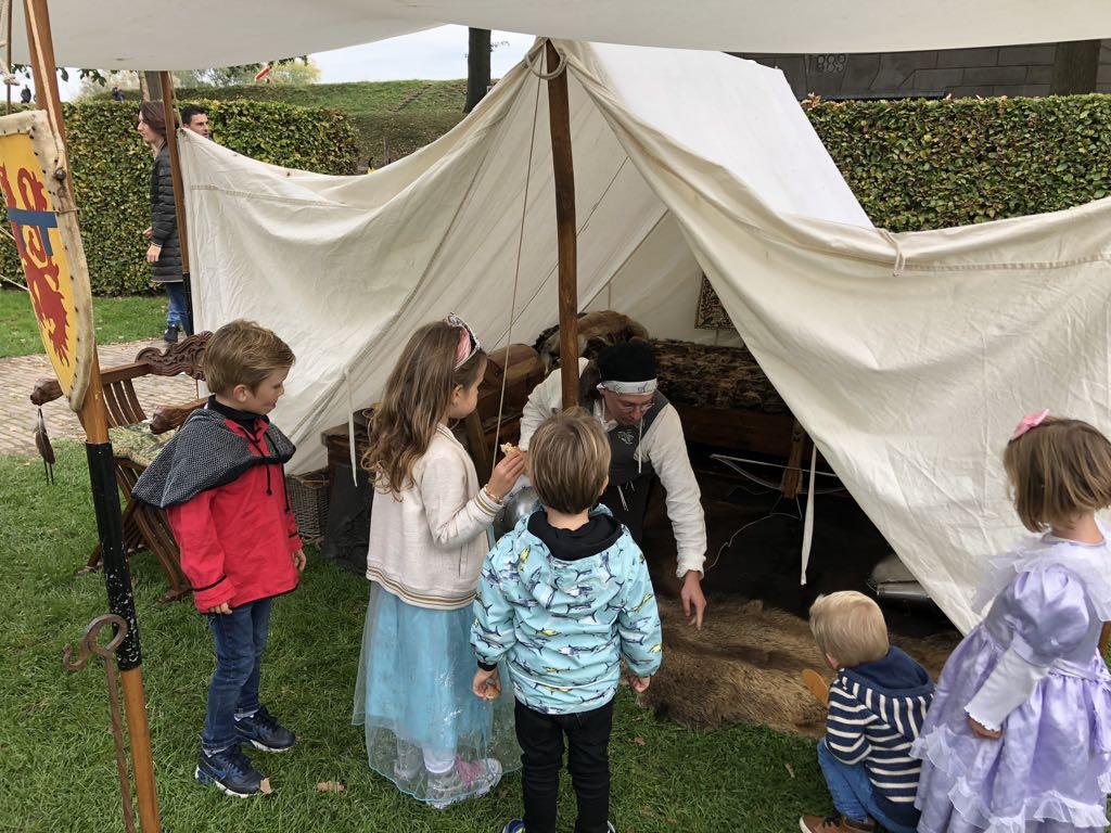 De bewoners leggen graag uit wat er in de tenten staat en hoe alles werkt.