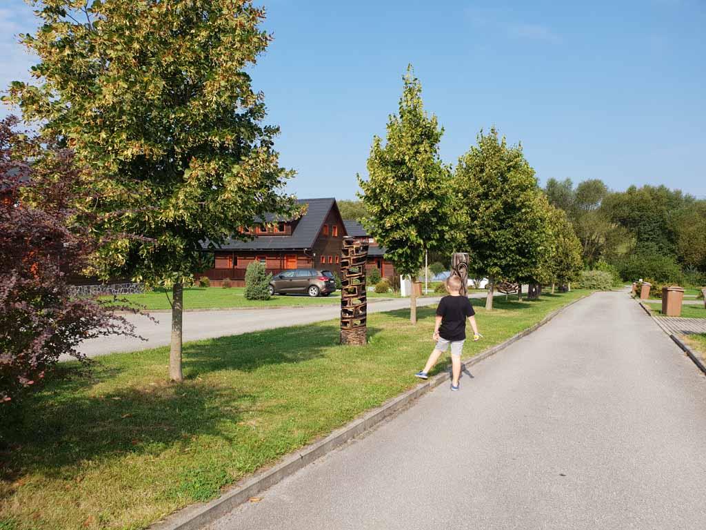 Magura Village is een klein park met houten huizen