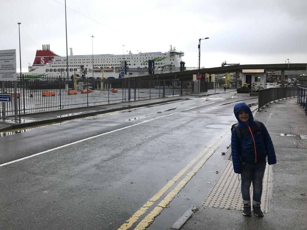 Na drie dagen mooi weer regent het op de dag van vertrek. Maar onze jongste blijft vrolijk, hij heeft zin om een dag op de boot door te brengen.