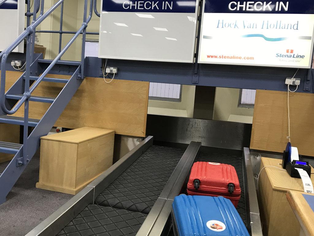 Op de dagboot moet je je grote bagage inchecken als je geen hut hebt geboekt.