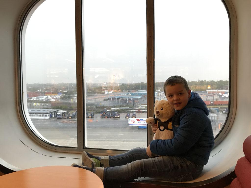 Ook leuk, in het raam zitten. Samen met de Build-a-Bear die we in Cambridge hebben gekocht.