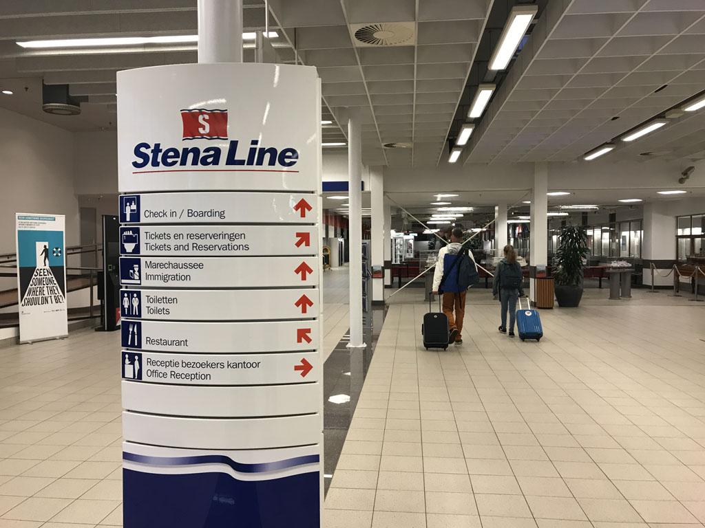 De terminal heeft wel iets weg van een eenvoudige vertrekhal op een kleine luchthaven.