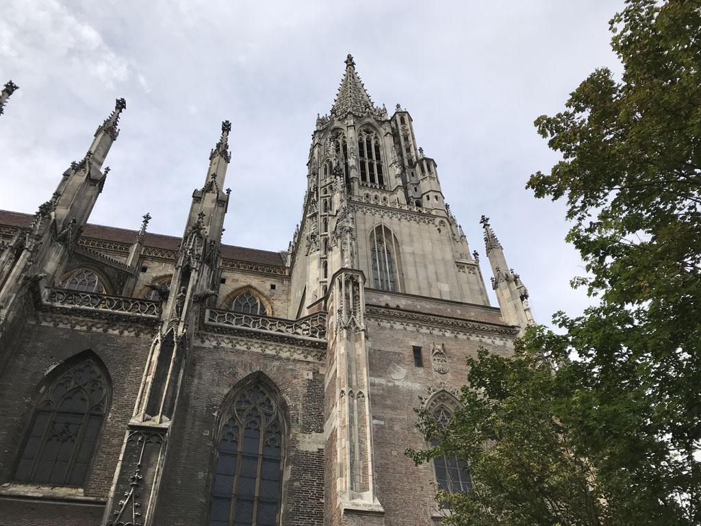 De munsterkerk is te groot om passend op een foto te krijgen.