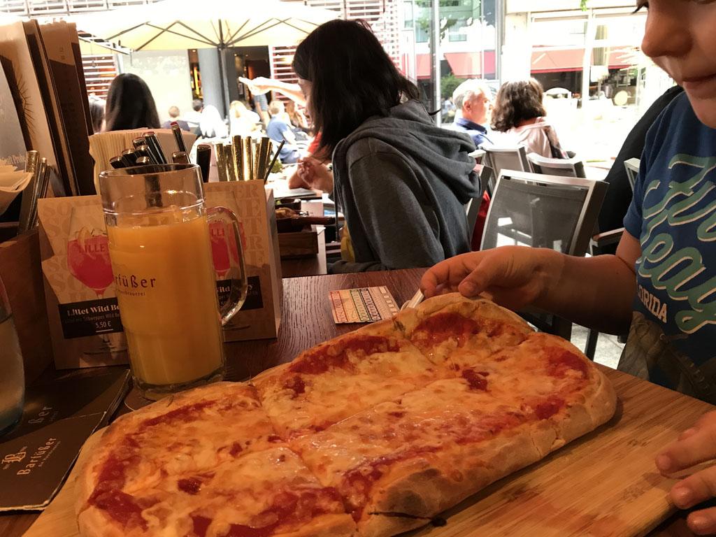 Jus d'orange in een bierpul en een giga pizza. We eten erg goed in het restaurant onder het hotel.