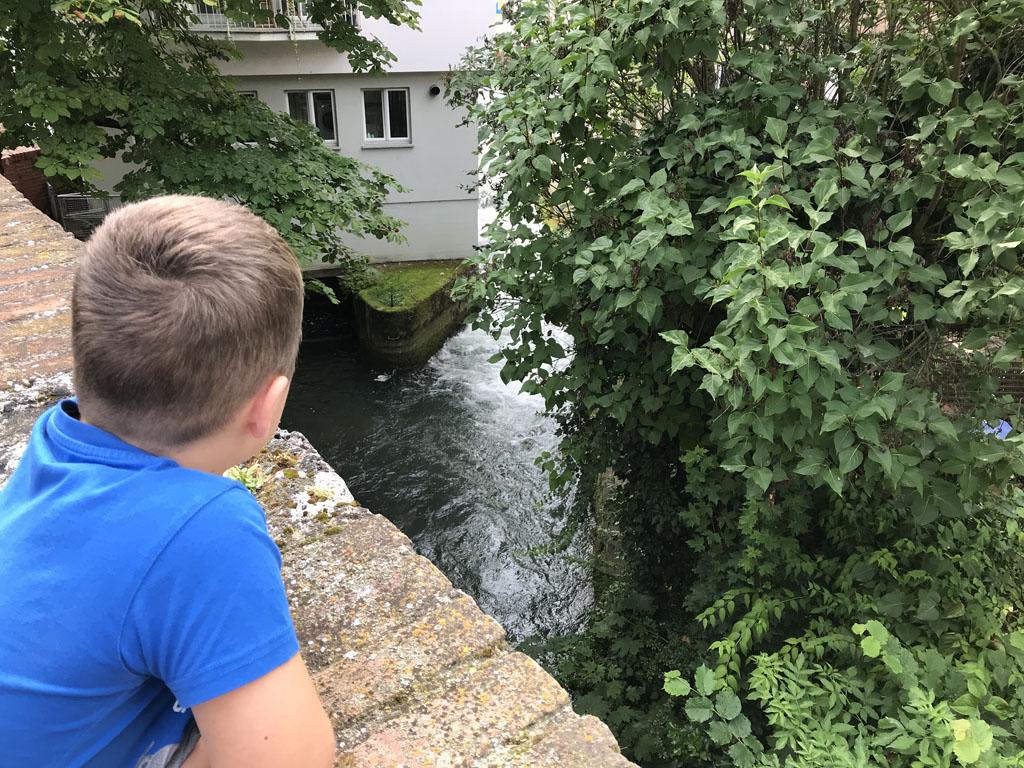 Op verschillende plekken zien we het water langs de mooie oude gebouwen stromen.