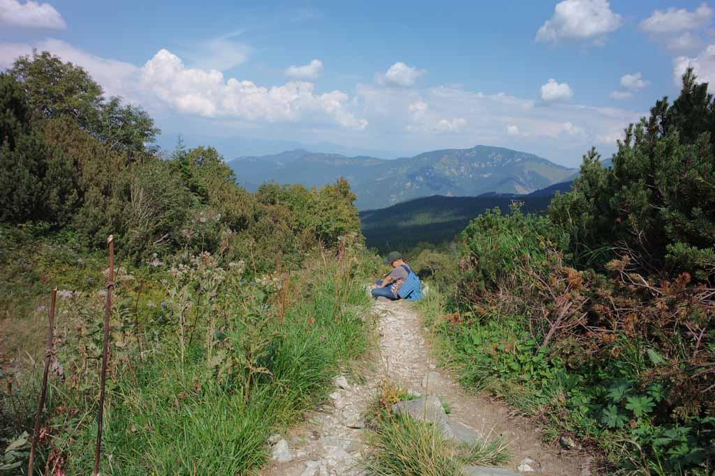 Als je er klaar mee bent dan rust je gewoon midden op het pad een beetje uit wandelen-in-het-tatra-gebergte-met-kinderen