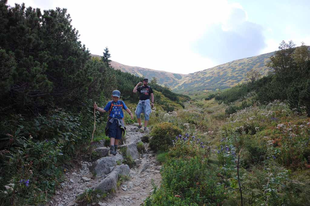 Sommige stukken gaan over grote rotsblokken wandelen-in-het-tatra-gebergte-met-kinderen