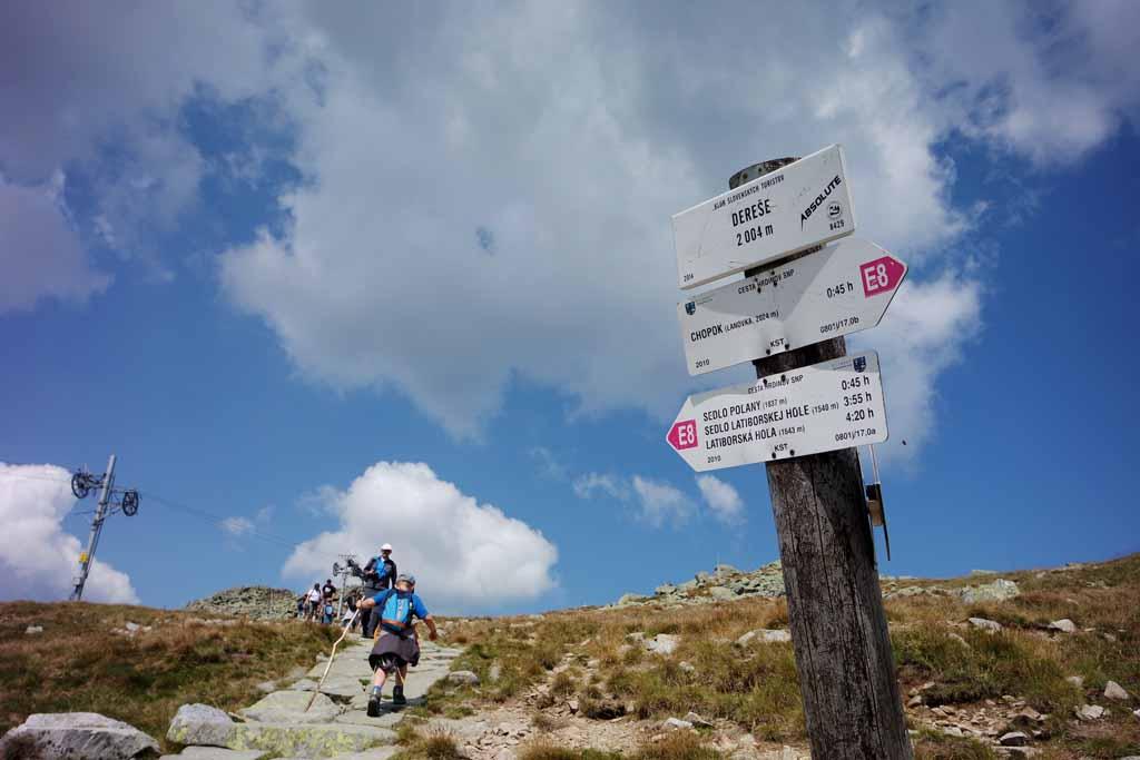 Haal beneden of boven bij de kabelbanen een kaart met de routes. Dan zijn de borden ook makkelijker te lezen wandelen-in-het-tatra-gebergte-met-kinderen