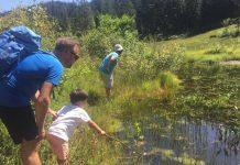 Samen op zoek naar insecten bij het water.