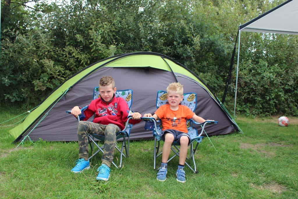 De zoons van Mieke relaxen op de camping in deze stoelen (foto: Mieke).