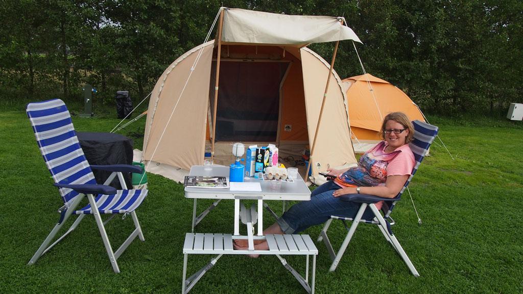 De inklapbare picknicktafel met losse stoelen voor de volwassenen.
