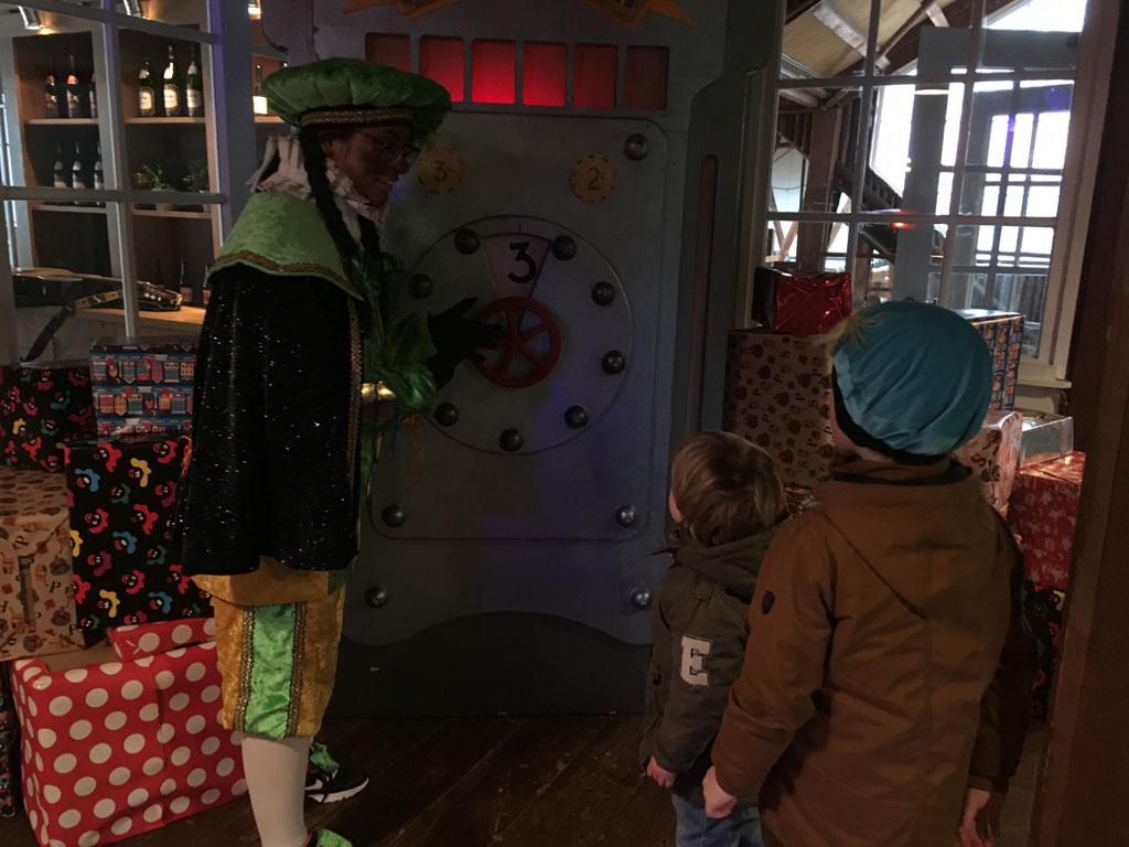 In deze kluis worden speciale pakjes bewaard. Samen met Piet kraken de kinderen de code.