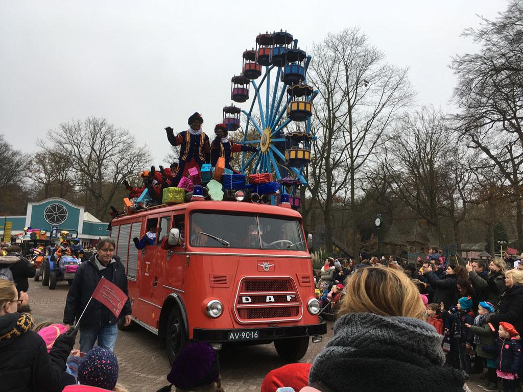 Tijdens de Pietenparade komen oude bekenden en nieuwe gezichten voorbij in de prachtigste auto's
