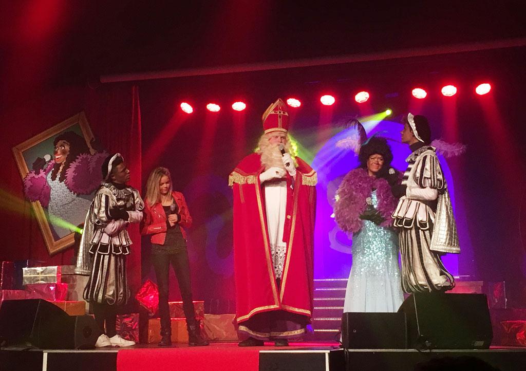 Sinterklaas blijkt van alle markten thuis. Als hij net op tijd voor zijn optreden arriveert, zingt hij de sterren van de hemel.