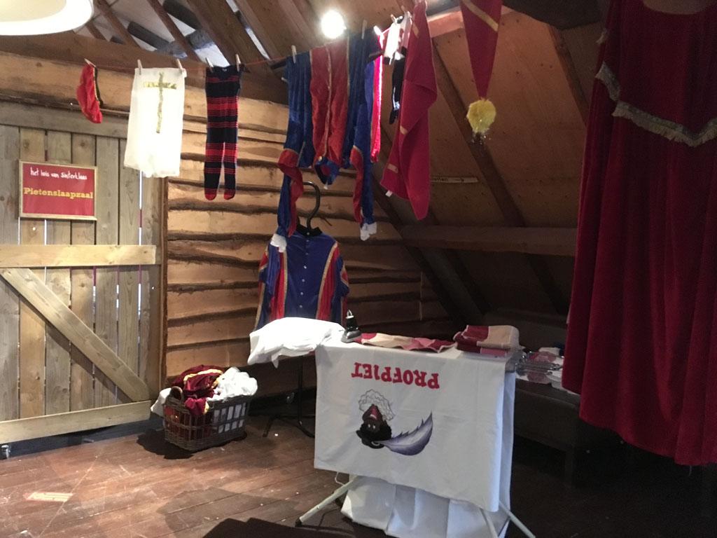 Op deze zolder wordt de kleding van Sinterklaas gewassen en gestreken.