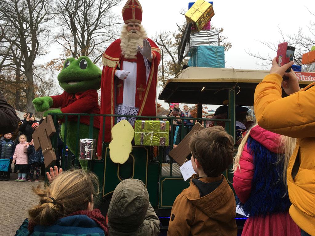Sinterklaas en Rick de Kikker zwaaien naar ons.