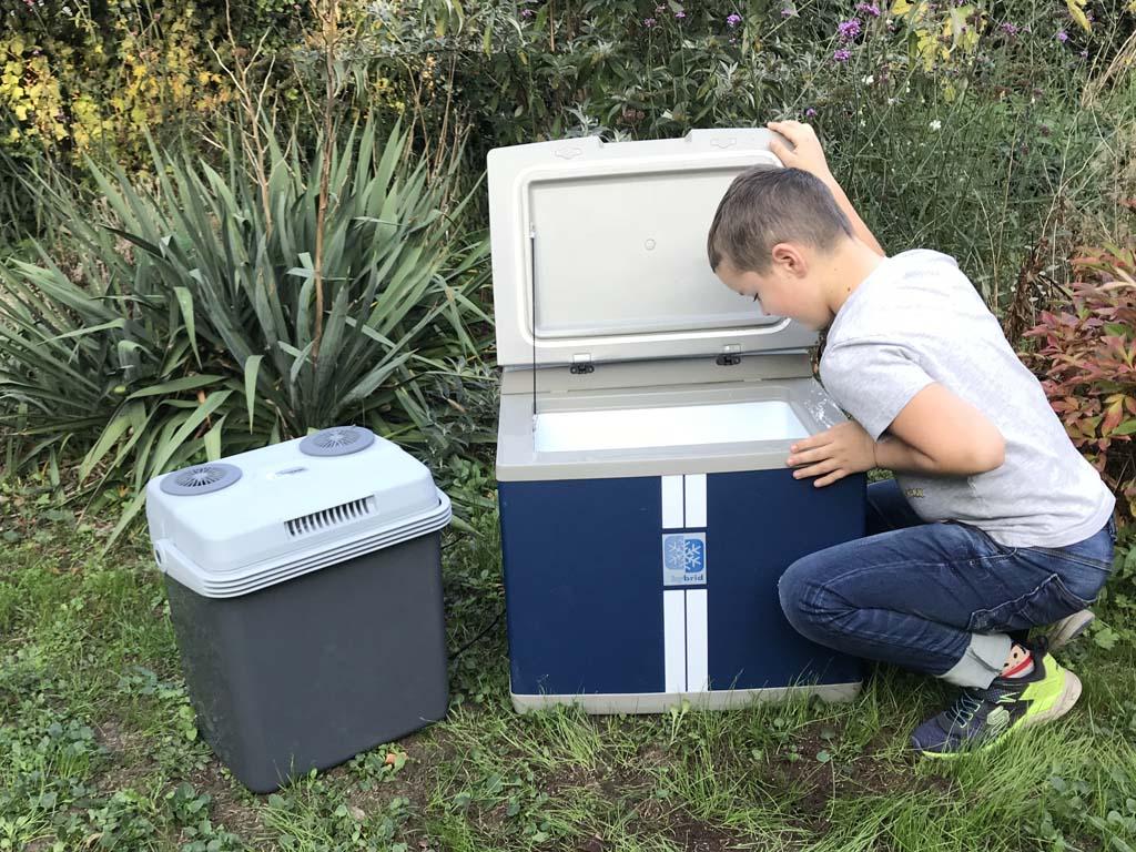 Rechts op de foto: onze hybride koelbox van Mobicool. Een groot bakbeest in de achterbak.