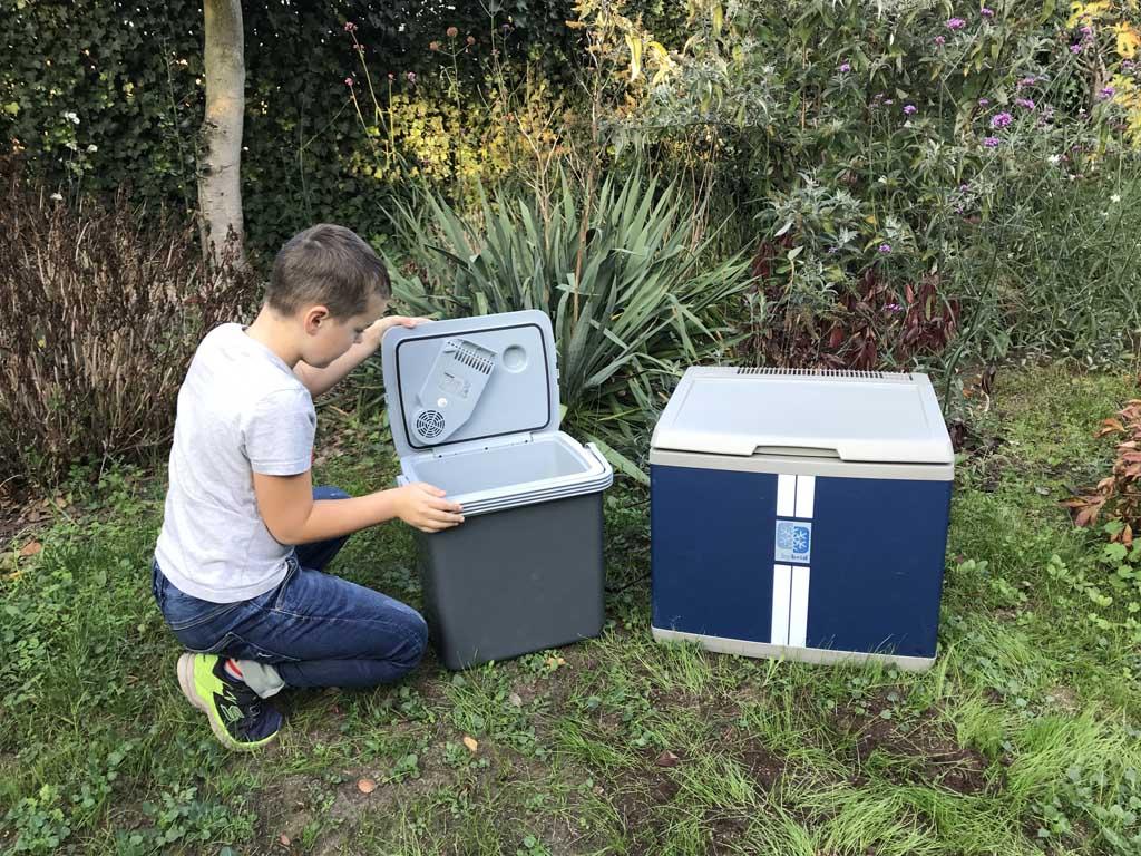 De thermo-elektrische koelbox is links op de foto te zien. Deze draag je makkelijk aan het hengsel.