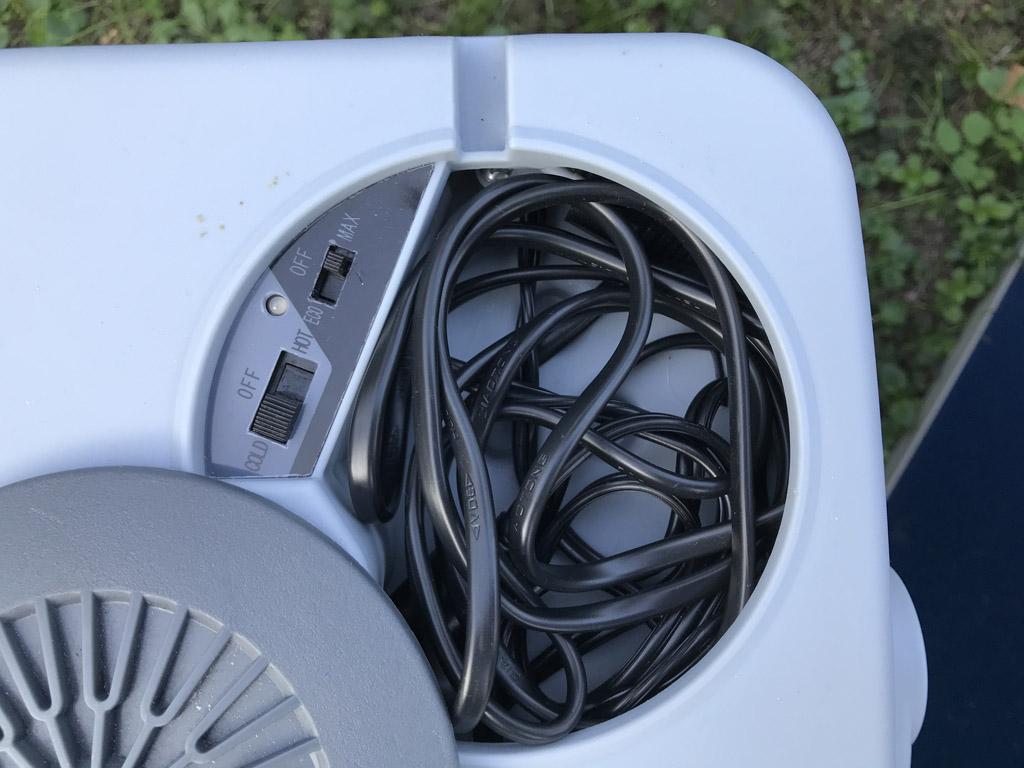 De kabels van de stekkers zijn netjes weggewerkt in het deksel van de Tristar koelbox.